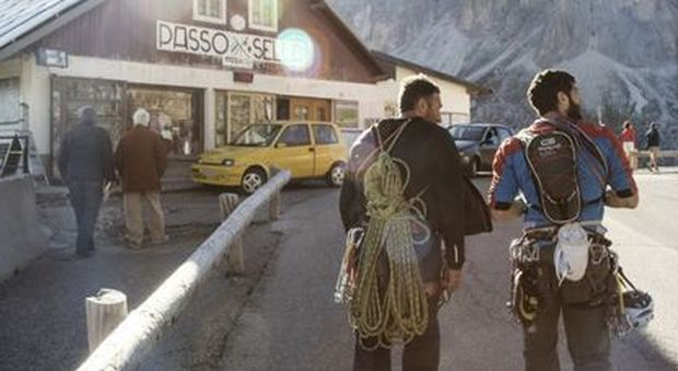Passo Sella: Motorcycles and cars are stopped if they are not electric