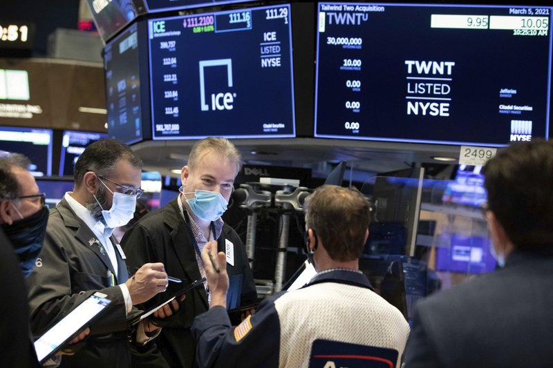 Stocks recover from a recession thanks to a tech recovery, which leads to a weekly benefit.
