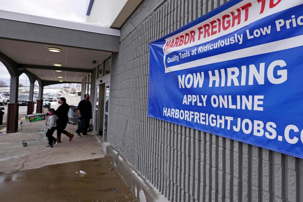 U.S. employers add a weak 194,000 jobs as COVID-19 delta variant maintains hold